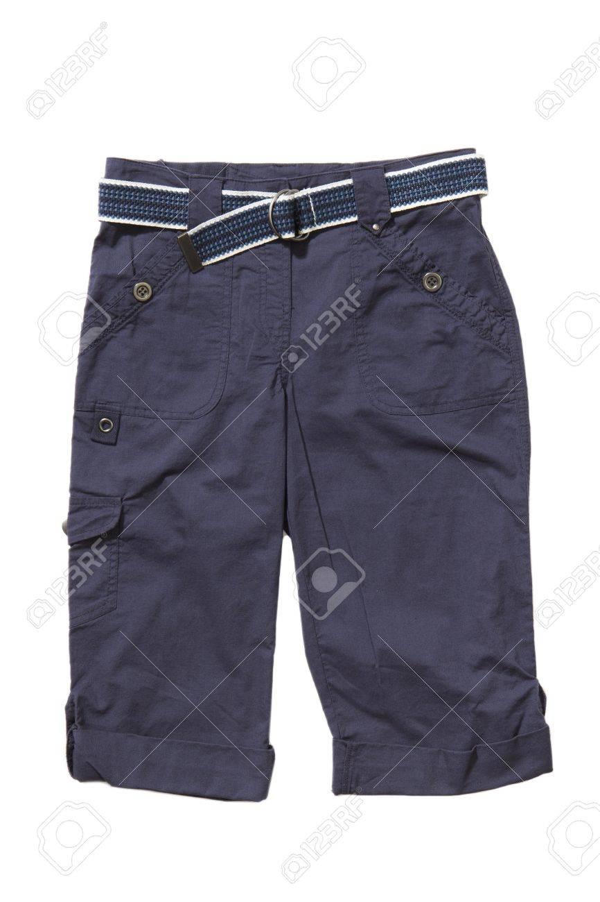 Blauwe korte broek met riem op wit wordt geïsoleerd