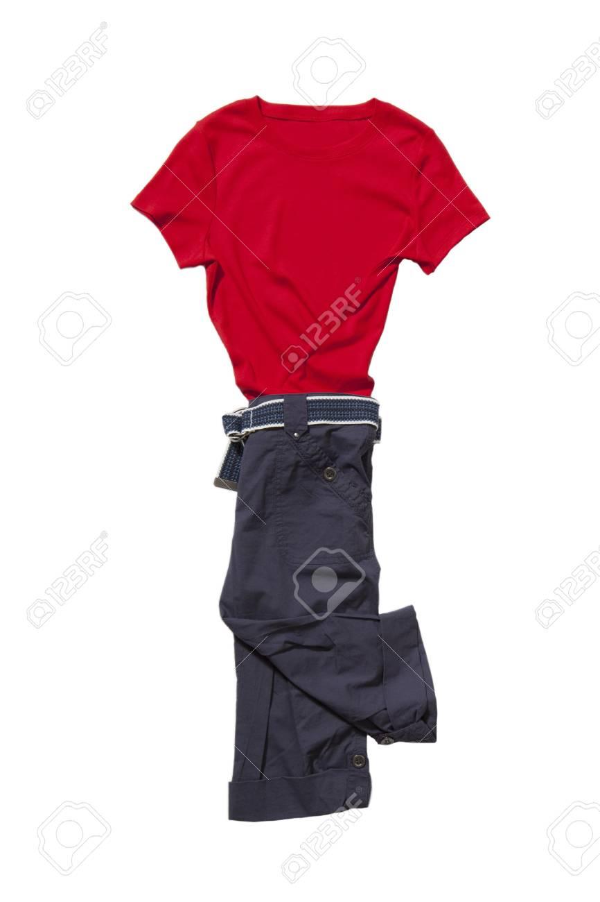 Set van rode t shirt en blauwe broek met riem geïsoleerd op wit in beweging