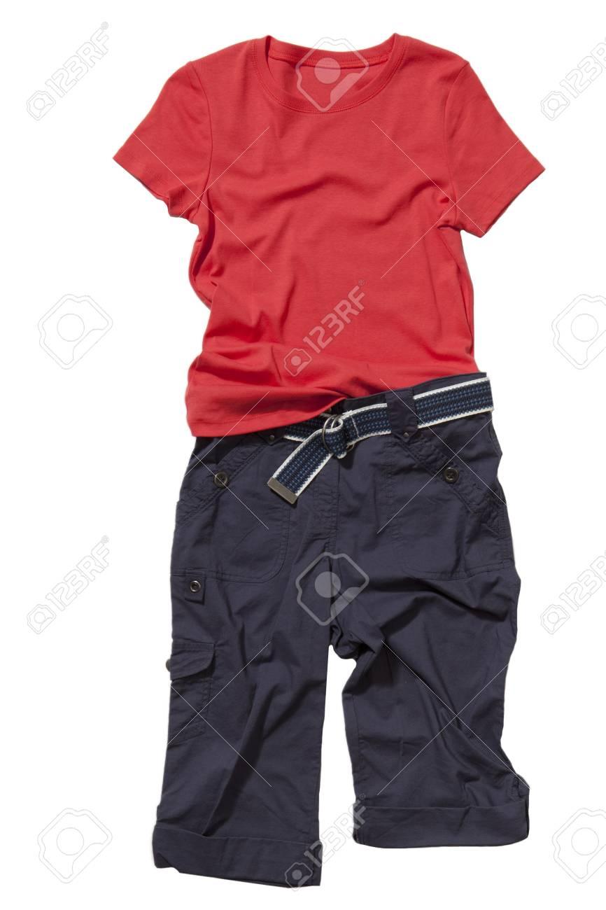 Set van rode t shirt en blauwe broek met riem geïsoleerd op wit
