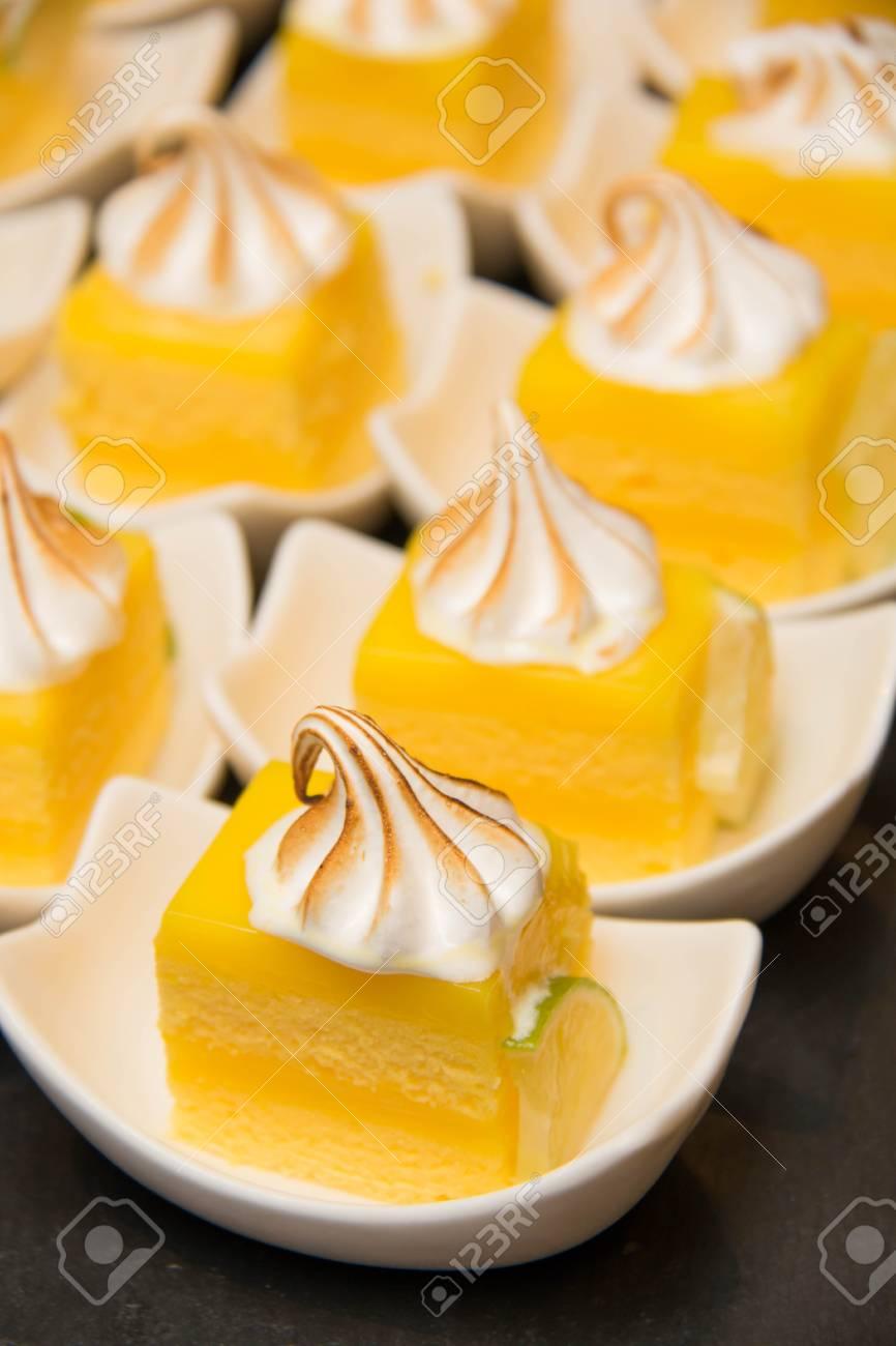 Mini Zitronen Baiser Kuchen Mit Sahne Oben Auf Dem Teller Auf Einem