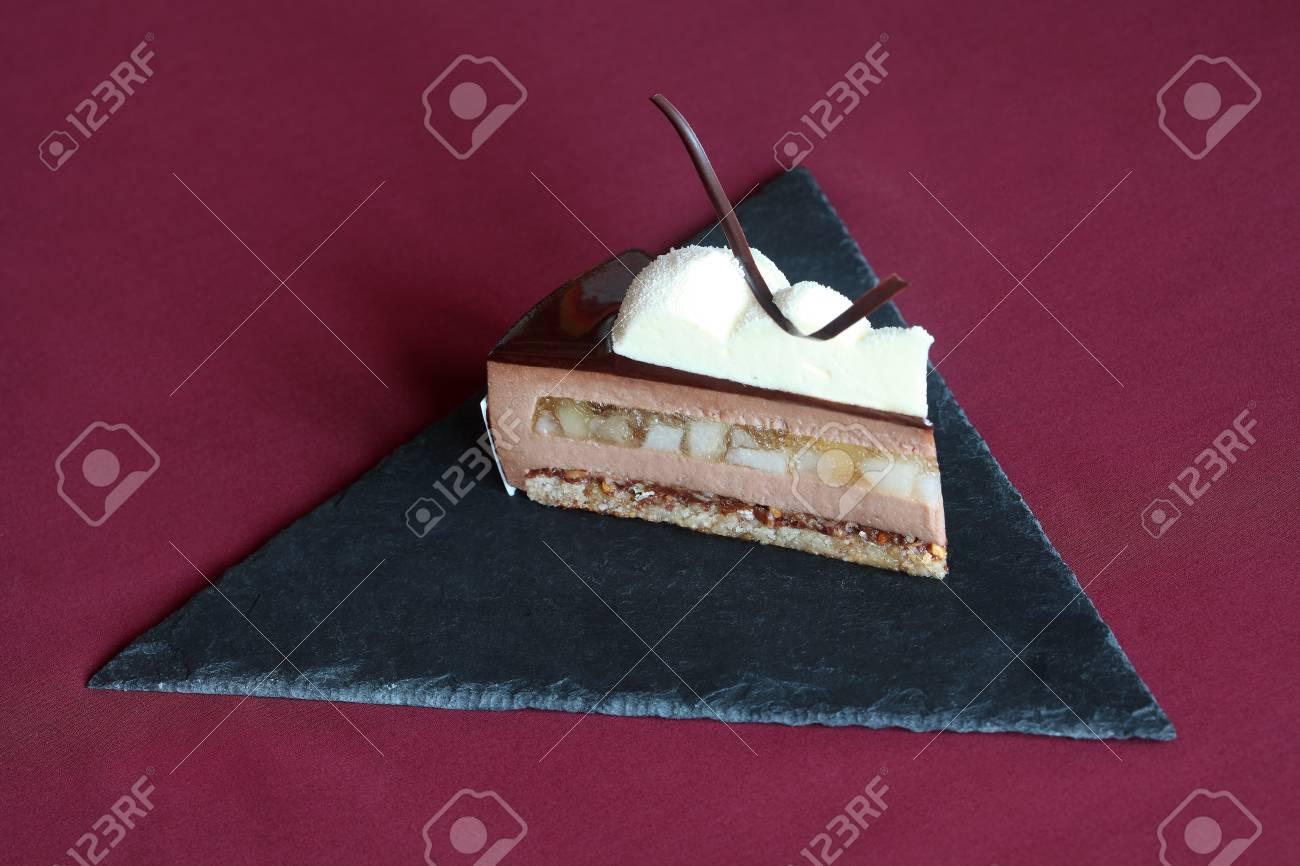 Stuck Zeitgenossischer Schokoladen Kremeiskuchen Mit Birnen Und