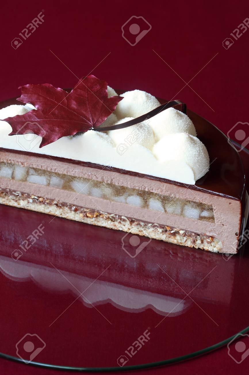 Zeitgenossischer Schokoladen Kremeiskuchen Mit Den Birnen Und