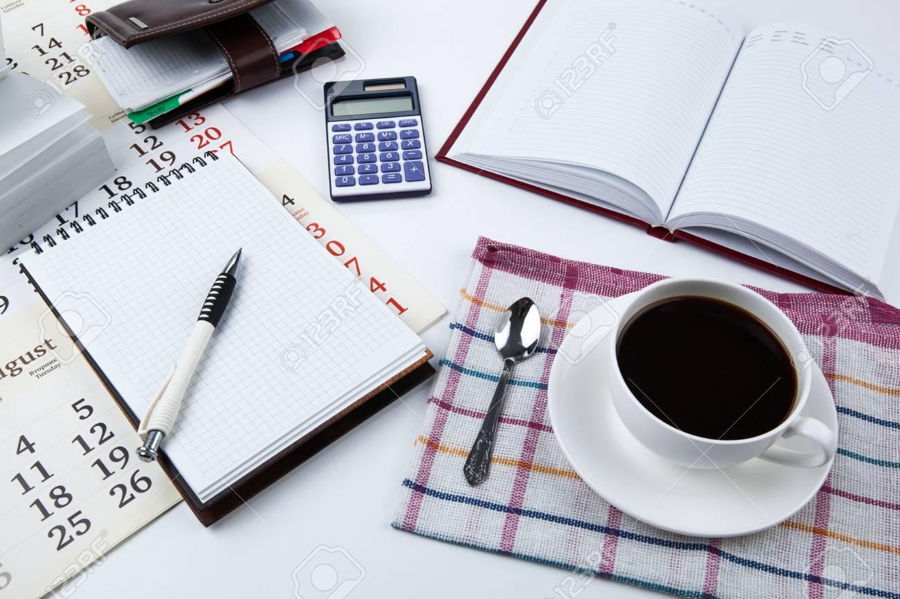 Forniture Per Ufficio : Tazza di caffè nero forniture per ufficio vicino foto royalty