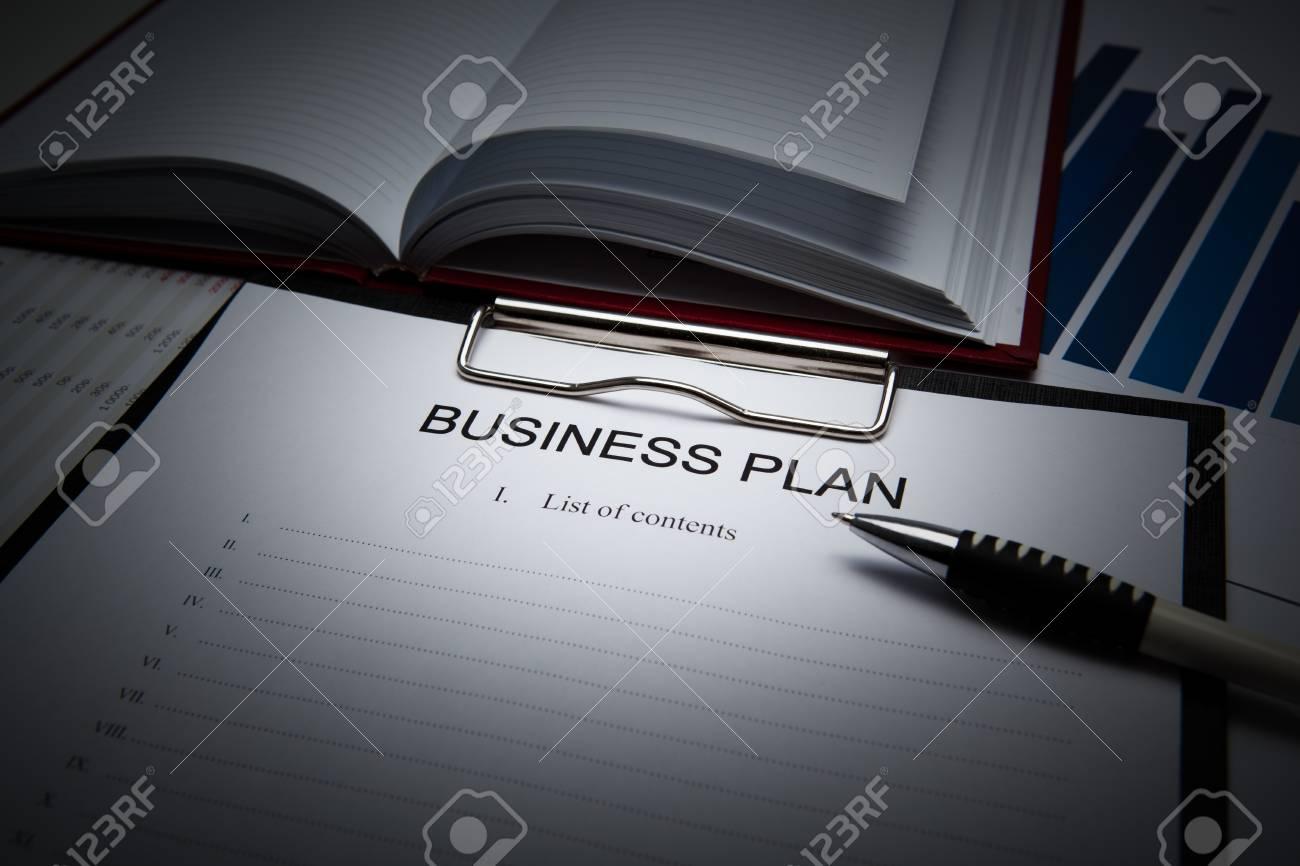 Document de titre avec le plan d affaires et fournitures de bureau