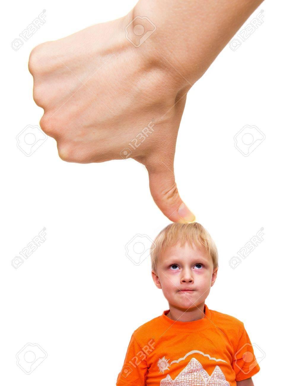 Grote Duim Met De Hand In En Druk Kind Geãsoleerd Op Wit Stress