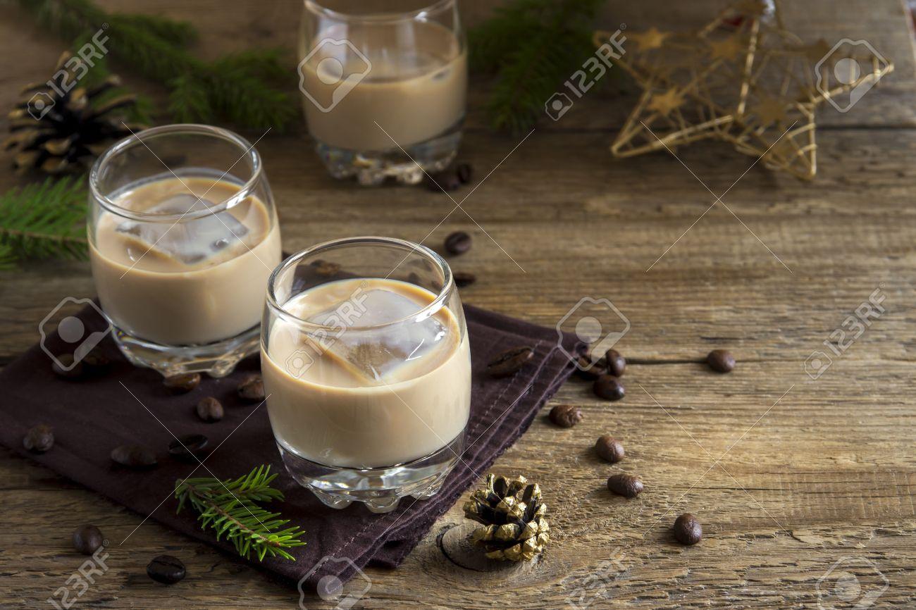 Irish Liqueur De Cafe A La Creme Avec De La Glace Decoration De Noel Et Des Ornements Sur Fond En Bois Rustique Boisson Alcoolisee De Fete De Noel