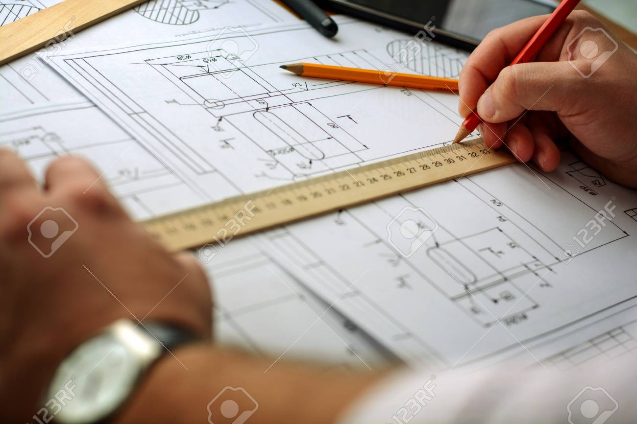 Disegno Uomo Alla Scrivania : L uomo architetto disegna un piano grafico disegno forme