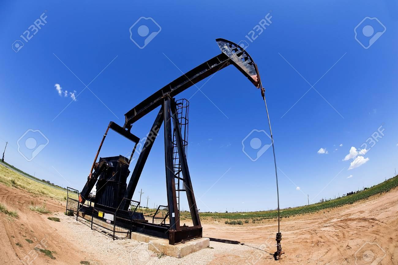 Texas Oil Well Pumper Stock Photo - 15058238