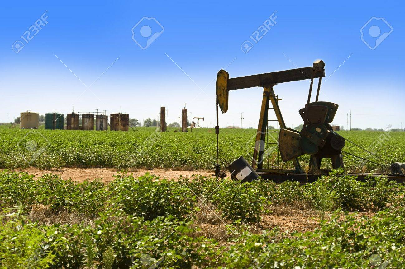 Oil Well Pumper in West Texas Stock Photo - 15337933