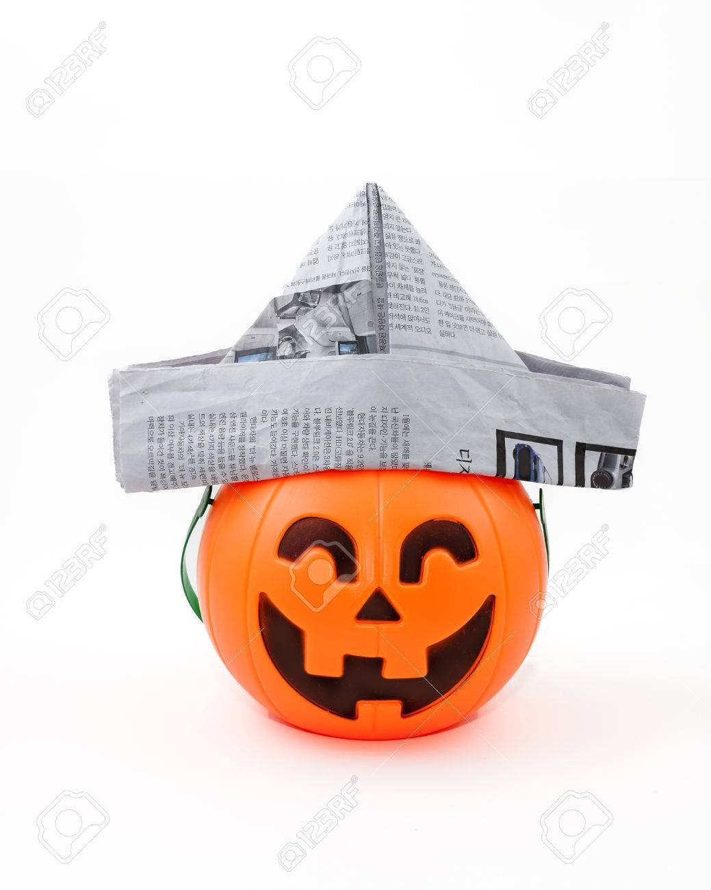 Zeeman Halloween.Een Geisoleerde Studio Jack O Lantern Is Versierd Met Een Papieren Hoed Als Zeeman Voor Halloween
