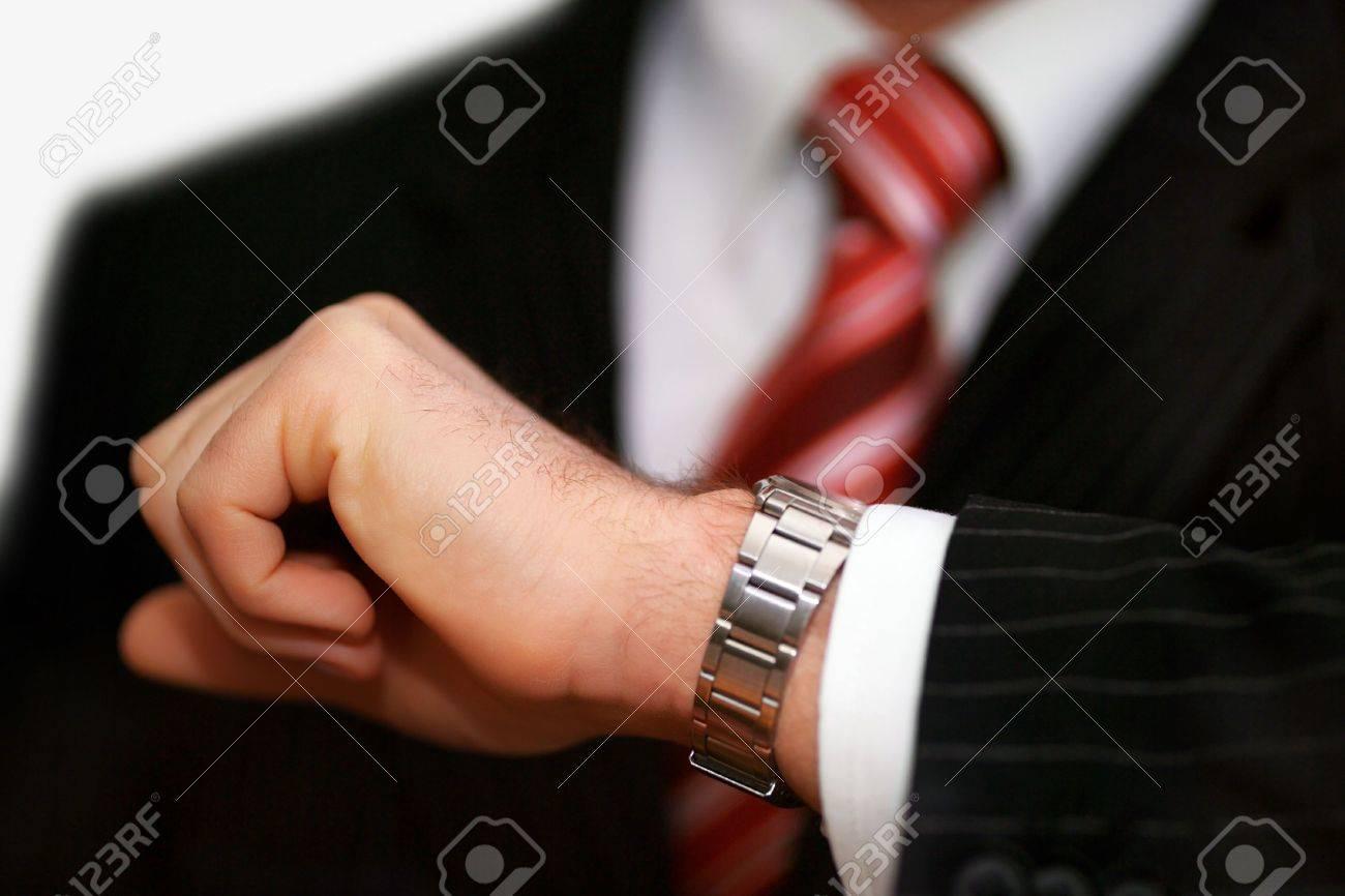 Armbanduhr am arm  Nahaufnahme Eines Kaufmanns's Arm Mit Armbanduhr Aufgehoben In Der ...