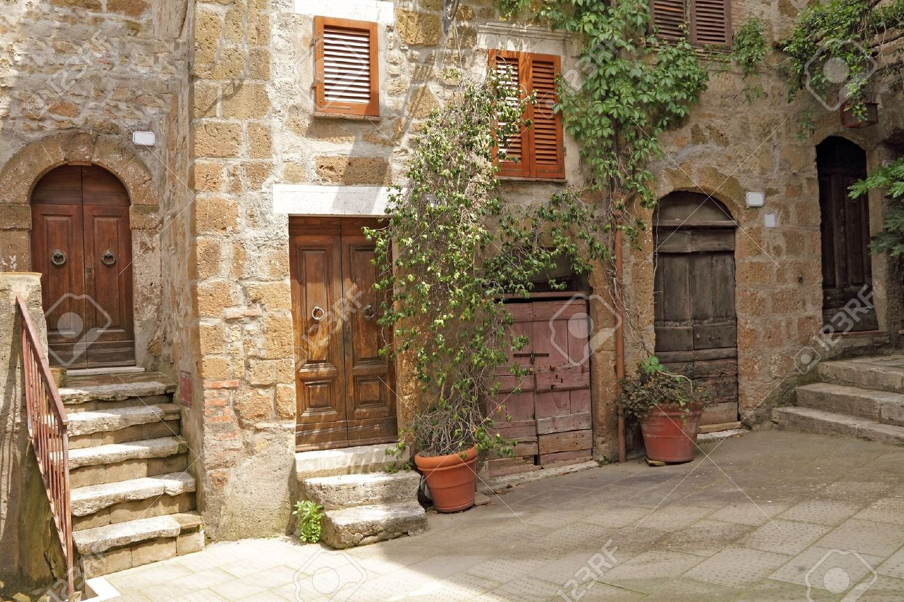 Pittoresk Hoekje In Het Italiaans Dorp Pitigliano, Europa Royalty ...