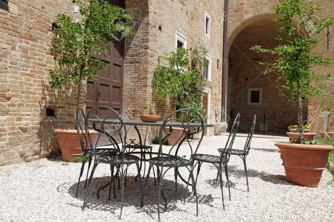 Gartenmöbel Auf Italienischen Hinterhof, Urbino, Marche, Italien