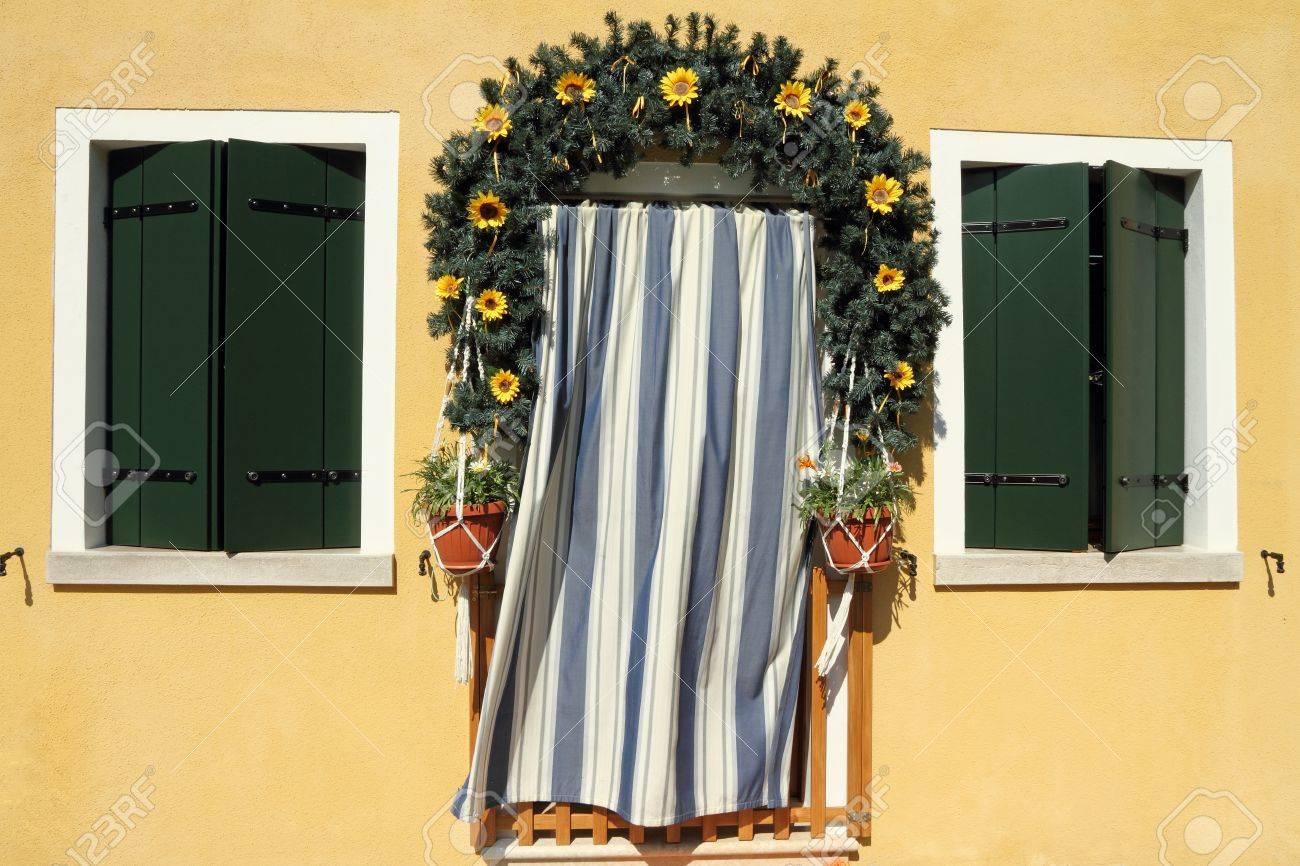 Gordijn Voor Deur : Schattig deuropening omlijst met krans krans en gestreepte deur