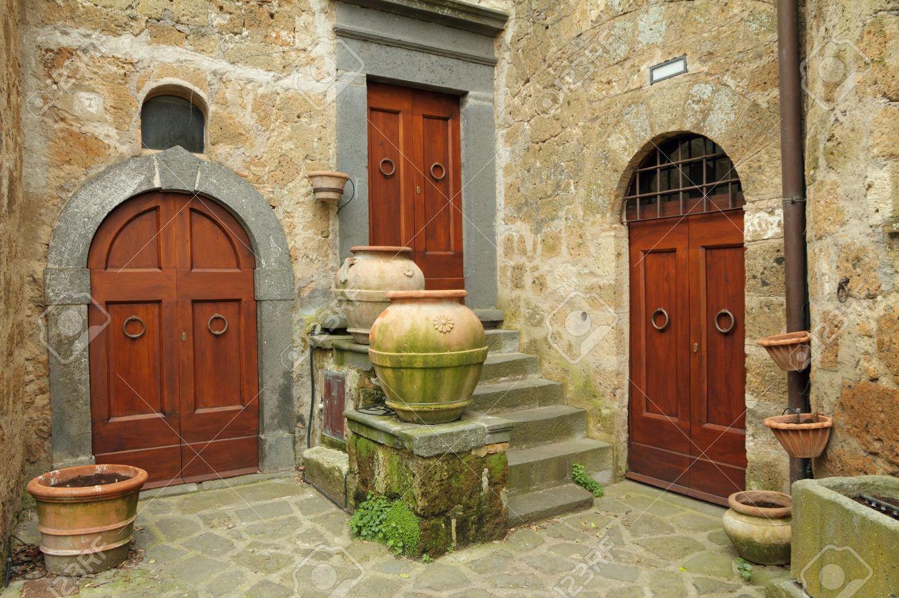 Drie Antieke Deuren In Italiaans Dorp Civita Di Bagnoregio ...