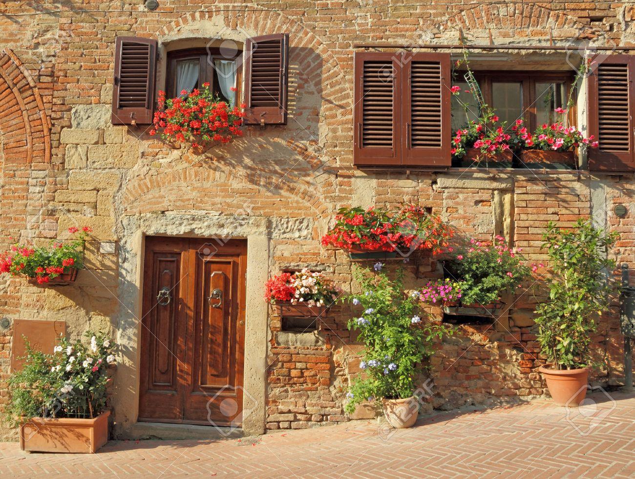Mooie deuropening naar het toscaanse huis versierd met veel