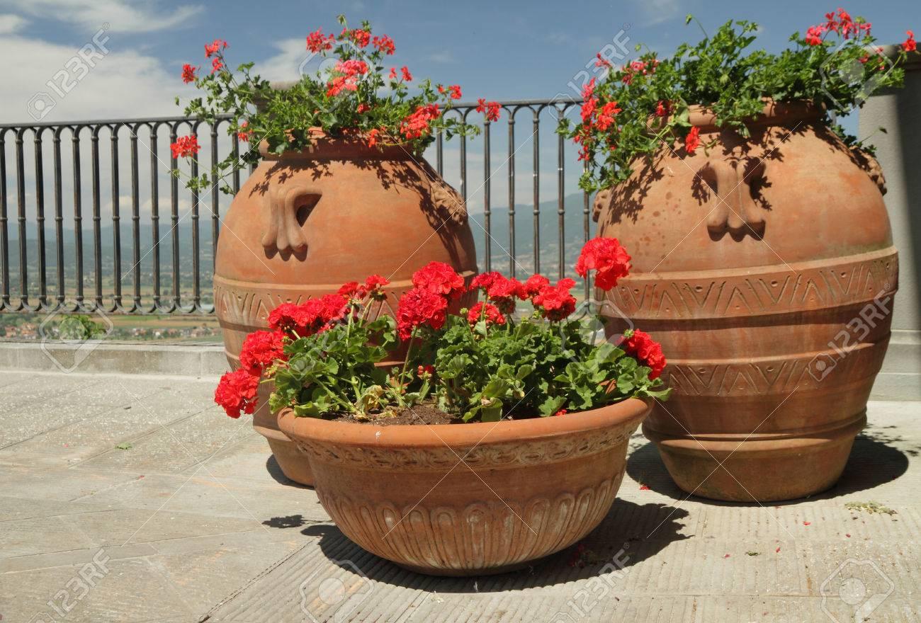 Vasi In Terracotta Per Giardino piante da fiore rosso geranio in vasi di terracotta retrò in piedi sul  balcone, italia, europa