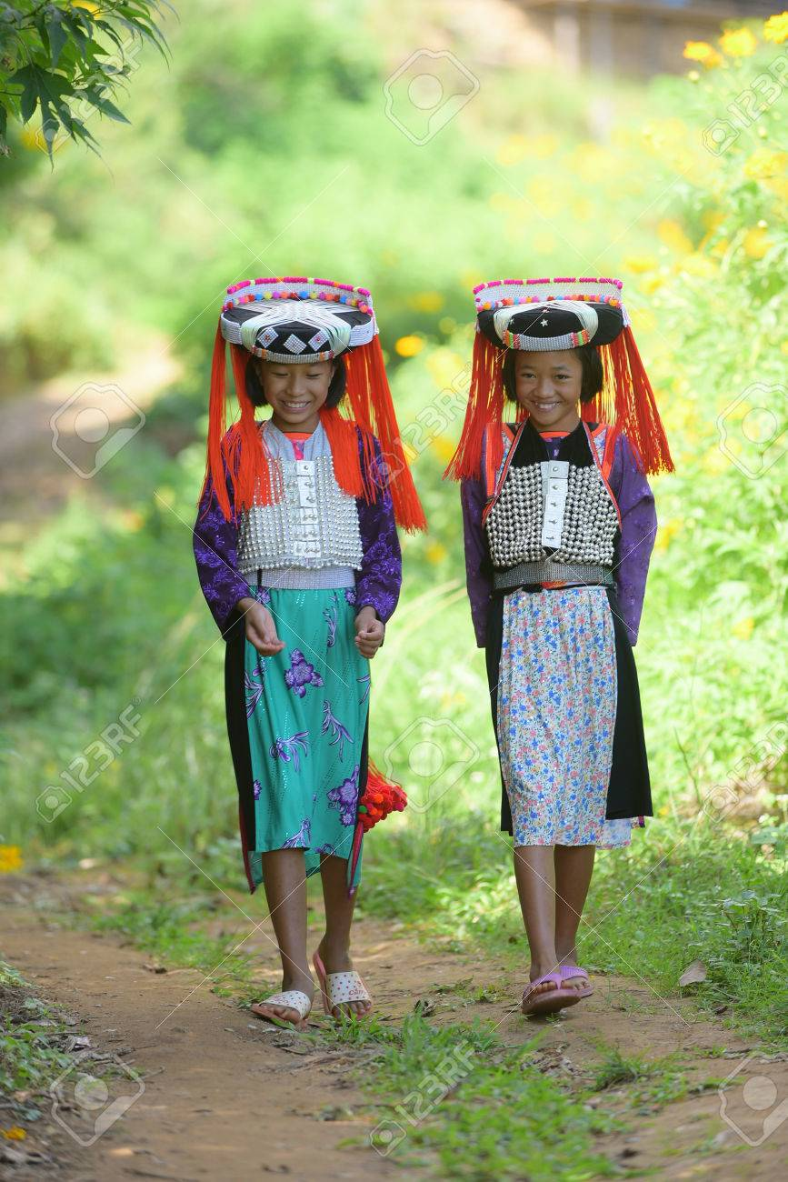 Y Vestido Muchachas Sonrisa Feliz Caminan Tribu Asiáticas En Hermosas La Dos Encargo Pueblo Con De Lahu KlJcF13T