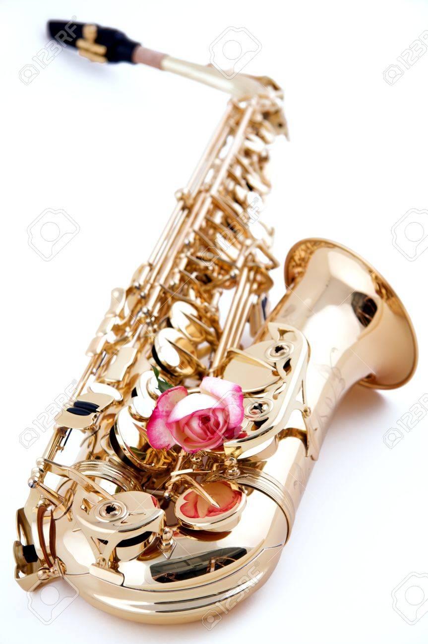 Un Saxophone Or Avec Une Rose Rose Isolé Sur Un Fond Blanc élevé Clés Dans  La Vue Verticale. Banque D'Images Et Photos Libres De Droits. Image 8299237.