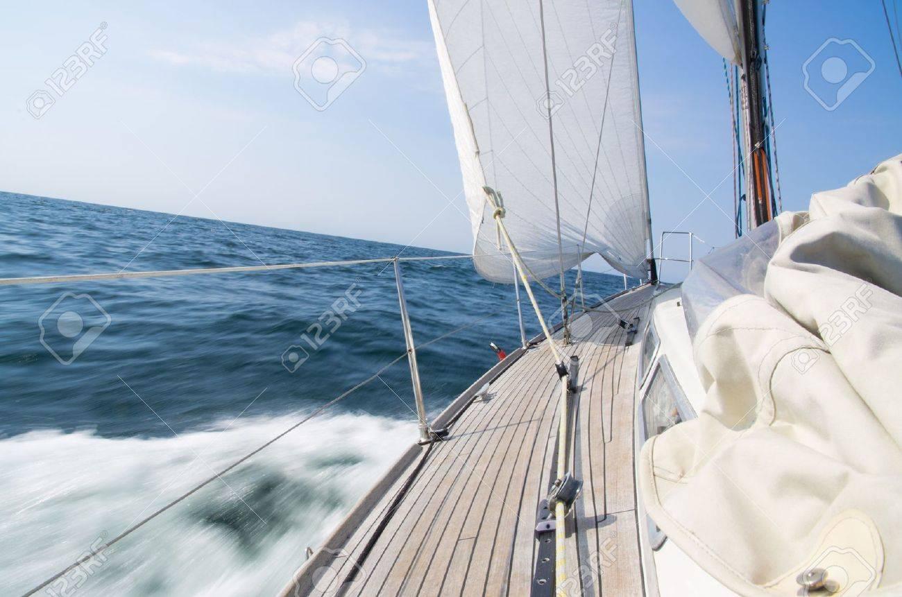 Segelyacht im sturm  Sailing Vessel Lizenzfreie Vektorgrafiken Kaufen: 123RF