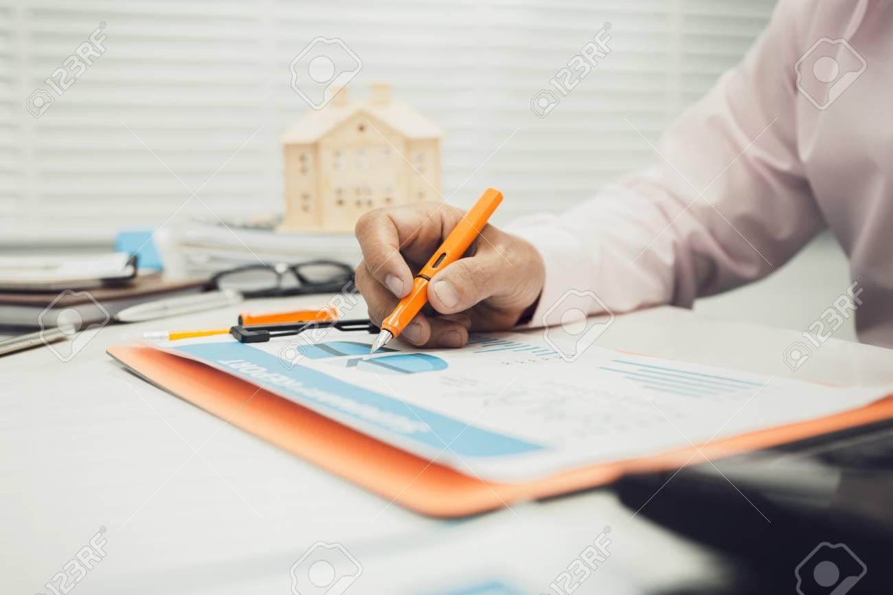 Homme au bureau à la maison des affaires avec calculatrice calcul