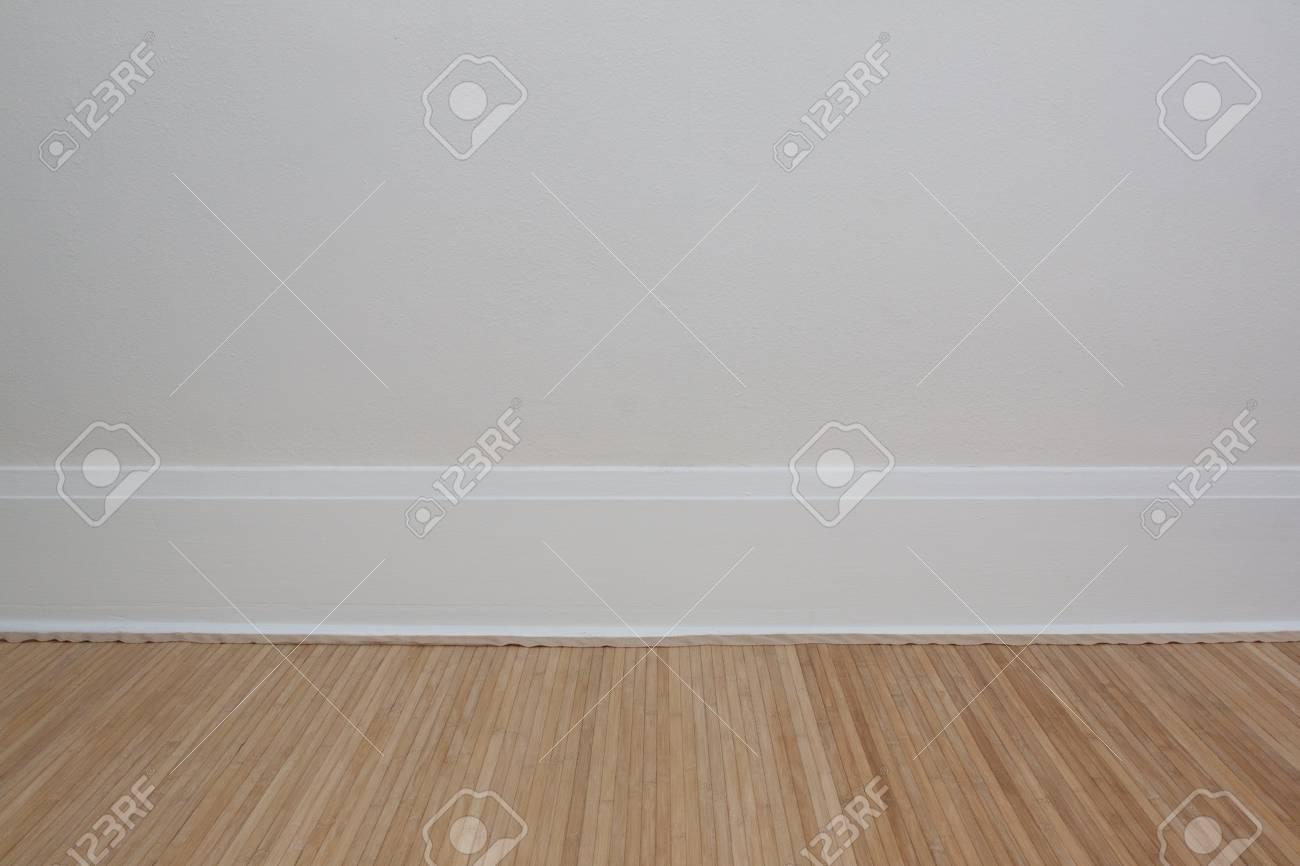Pavimento In Bambù Caratteristiche : Interno della stanza con parete color crema battiscopa bianco e