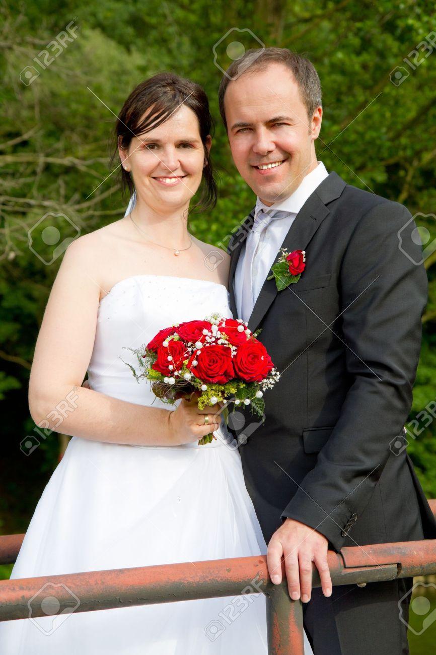 a4bef94ae Foto de archivo - Pareja de recién casados   con vestido de novia