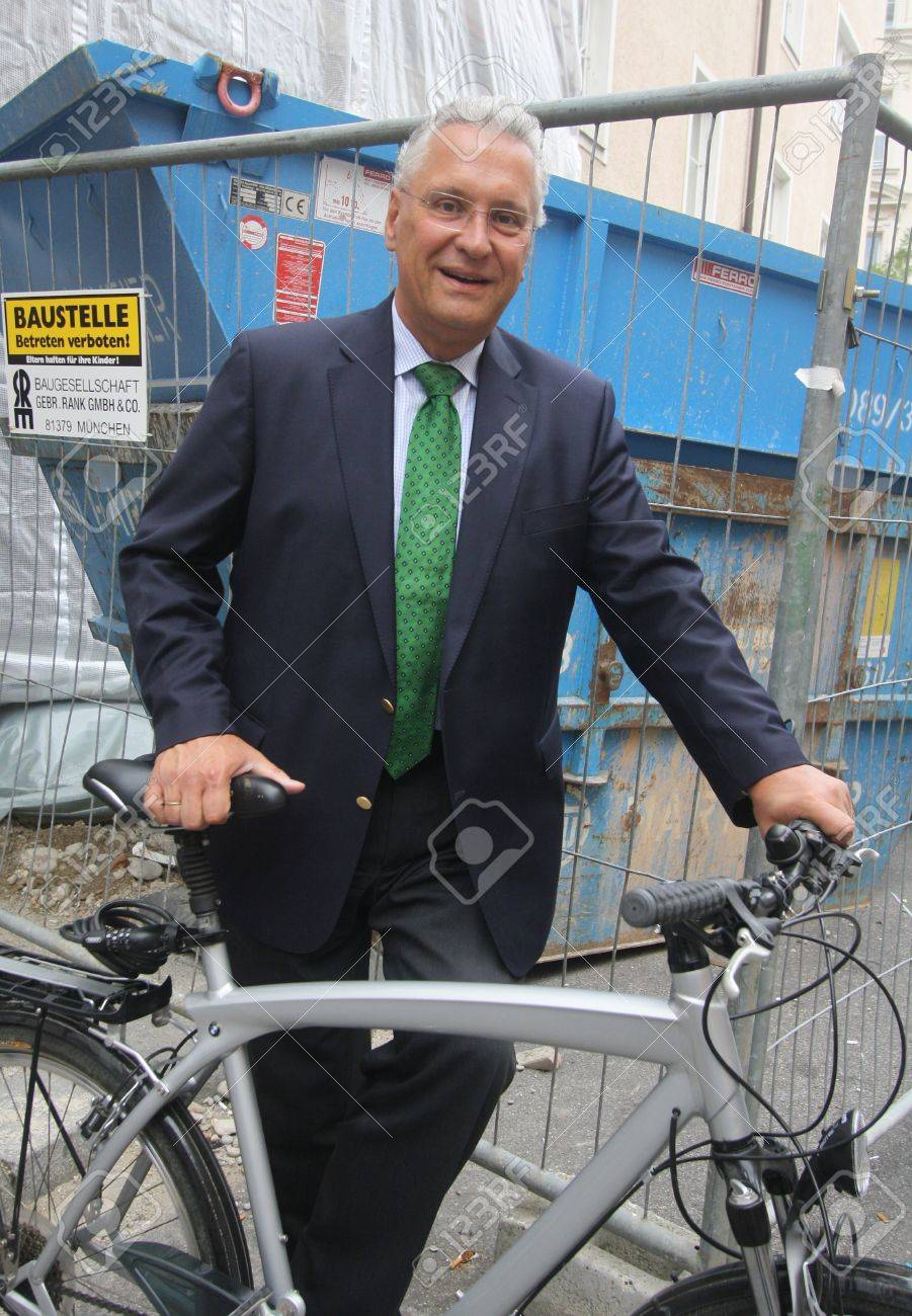 September 4, 2012 - Munich, Germany - Bavarian Minister of the Interior Joachim Herrmann, CSU, after a meeting with the press, will go back to the ministry with the bike (and bodyguards with him) Standard-Bild - 86777643