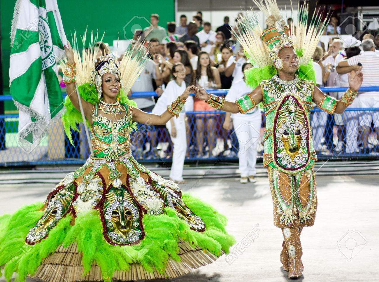 Banque dimages , RIO DE JANEIRO , 10 février Une femme et des hommes en costume de danse sur le carnaval au Sambodrome de Rio de Janeiro Février 10 2013,
