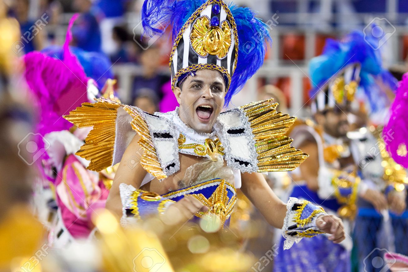 Banque dimages , RIO DE JANEIRO , 11 février Un homme en costume chant et la danse sur le carnaval au Sambodrome de Rio de Janeiro Février 11 2013,