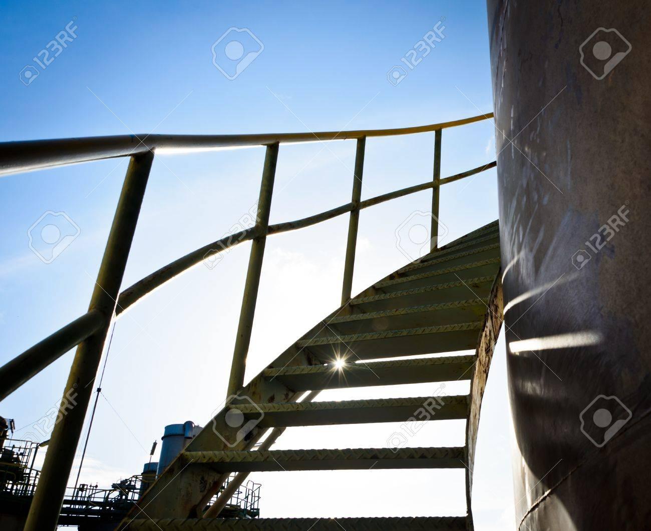 de acero en espiral por las escaleras en el tanque de foto de archivo