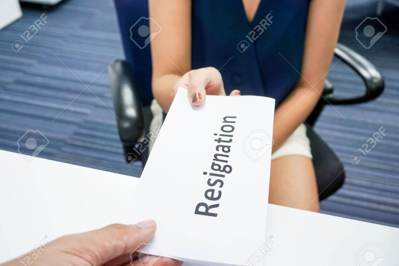 Eine Frau, Die Einen Rücktritt Brief An Ihren Chef Einreichen ...