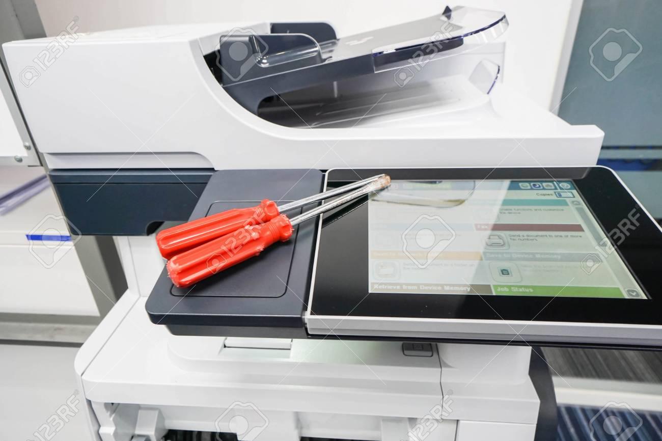 Tournevis sur l écran de l imprimante de bureau pour réparation