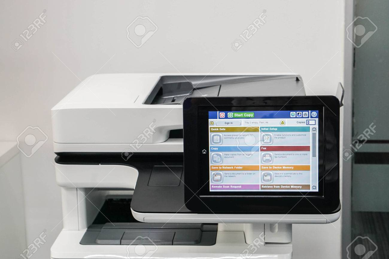 Fermer l écran de l imprimante moderne au bureau pour écran