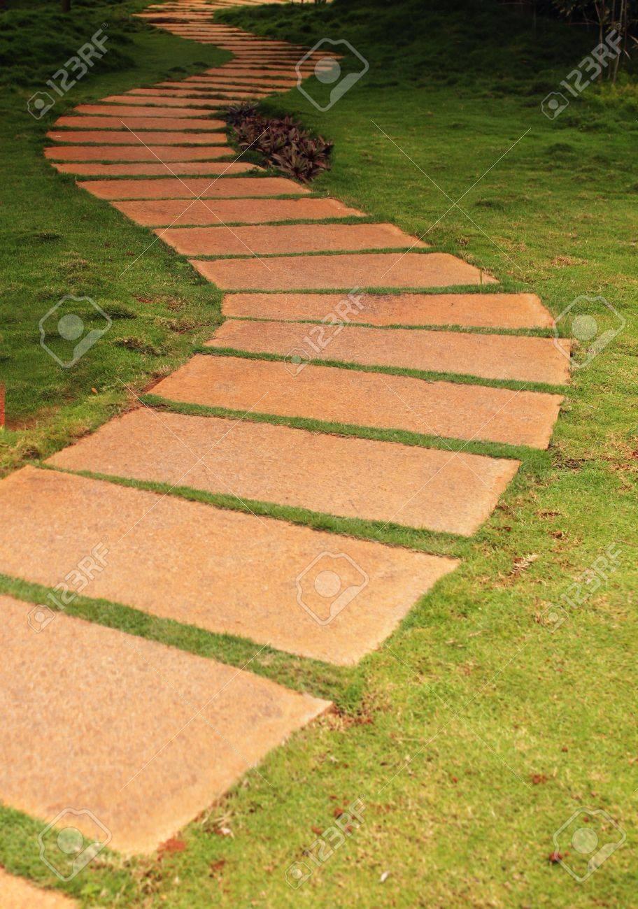 walkway unter verwendung granit steinplatten in einem garten mit
