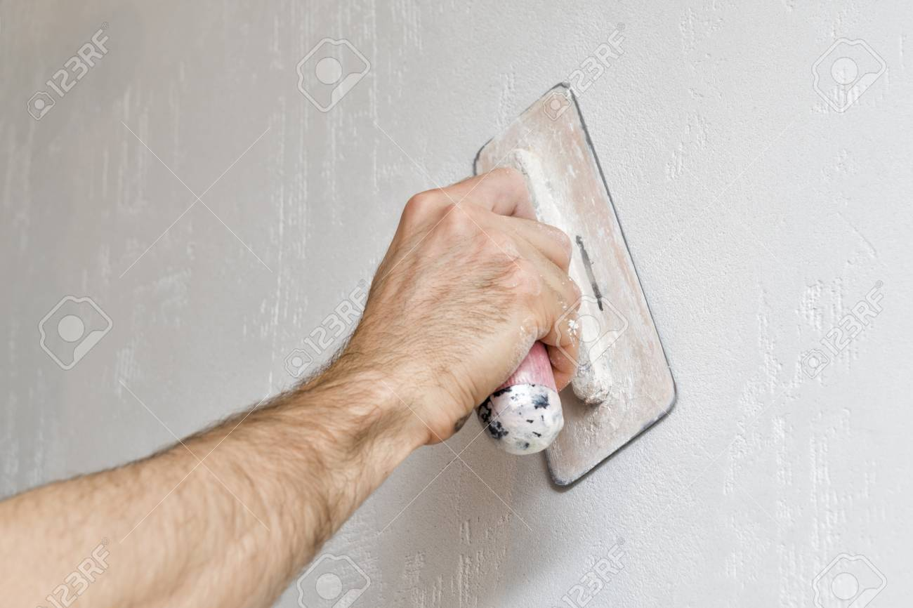 man hand mit kelle verputzen eine innenwand. selektiven fokus