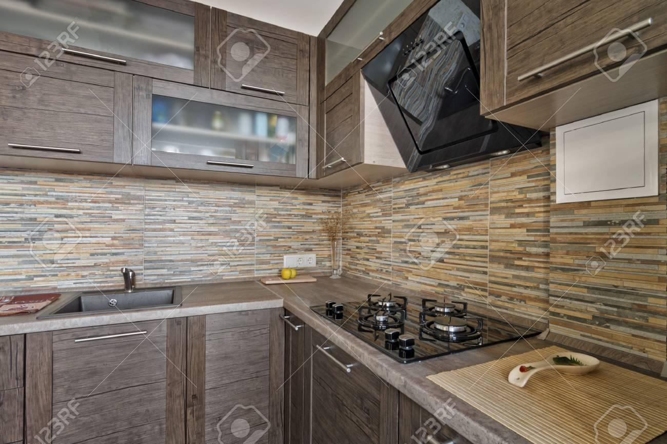 Intérieur de la petite cuisine moderne avec des meubles en bois