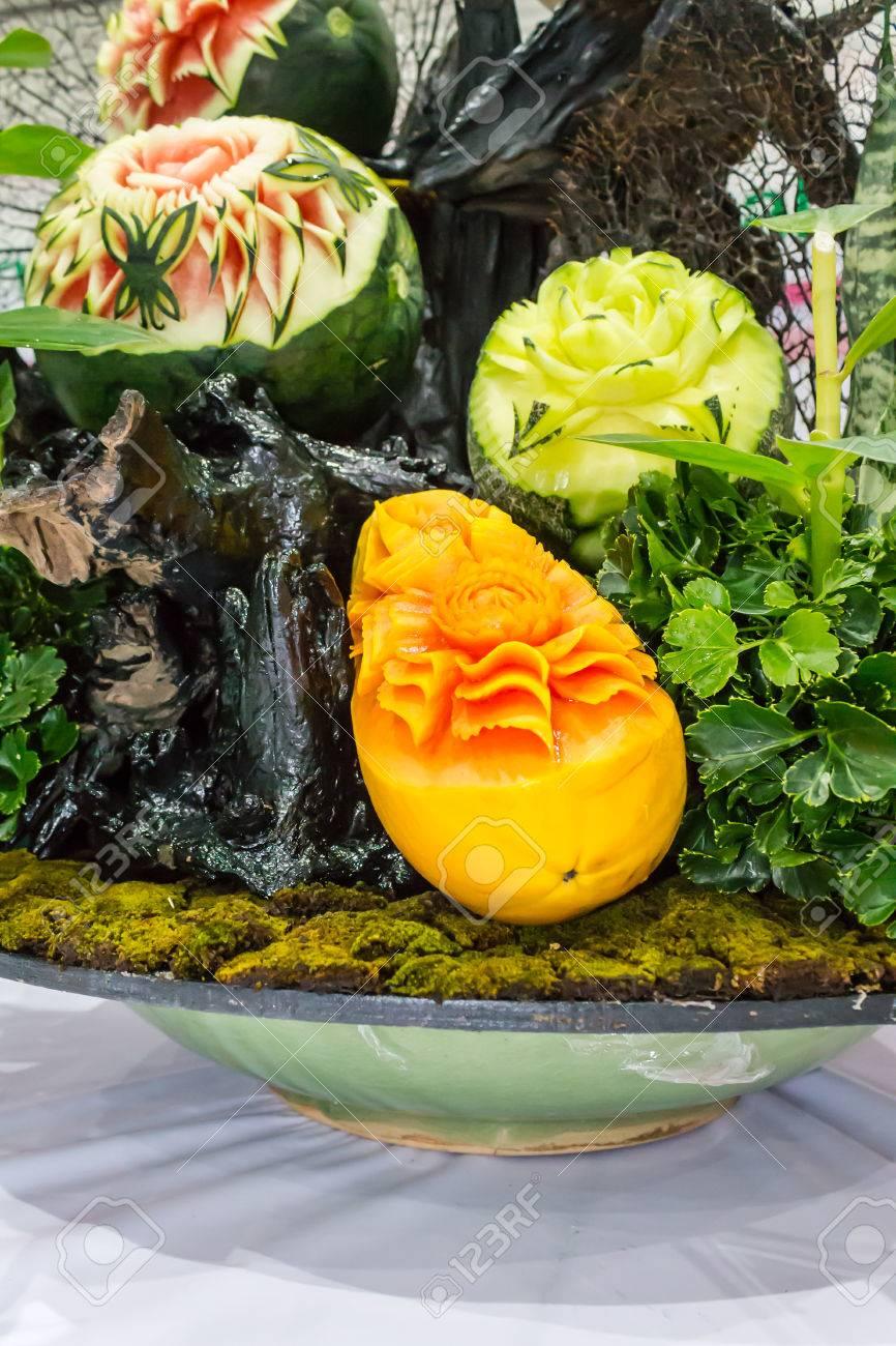 Papaya Melon Y Sandia Fruta Tallado En Cesta En Juegos De Mesa