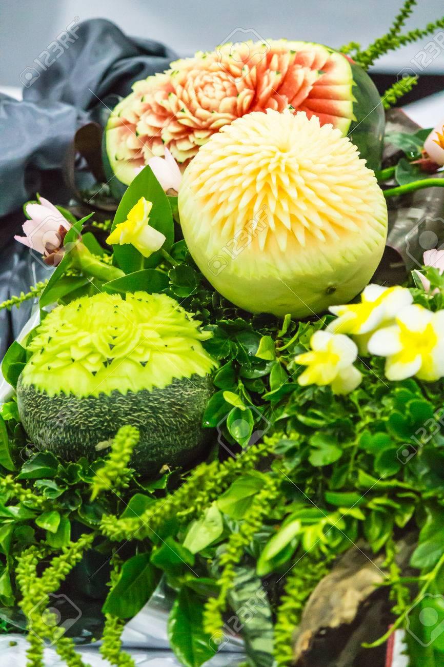 Melon Y Sandia Fruta Tallado En Cesta En Juegos De Mesa Fotos