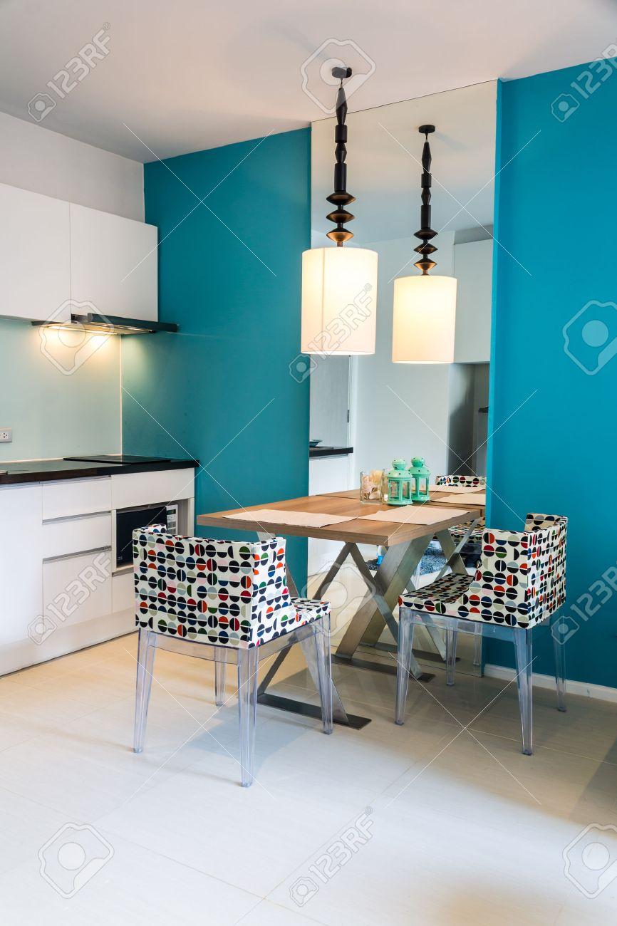 Section Petite Cuisine Moderne Dans L'appartement. Banque D'Images ...