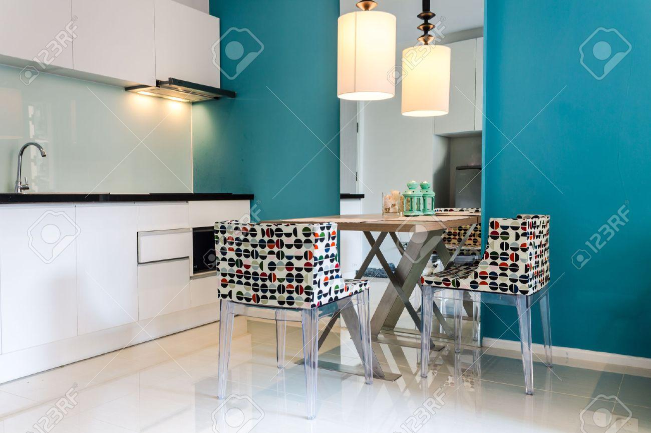Moderne Kleine Küche Abschnitt In Der Wohnung. Lizenzfreie Fotos ...