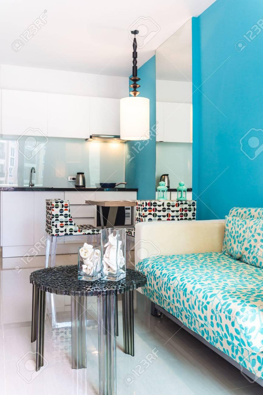 Entspannende Moderne Wohnzimmer Und Küche Zimmer Innen In Wohnung.  Standard Bild   40625207