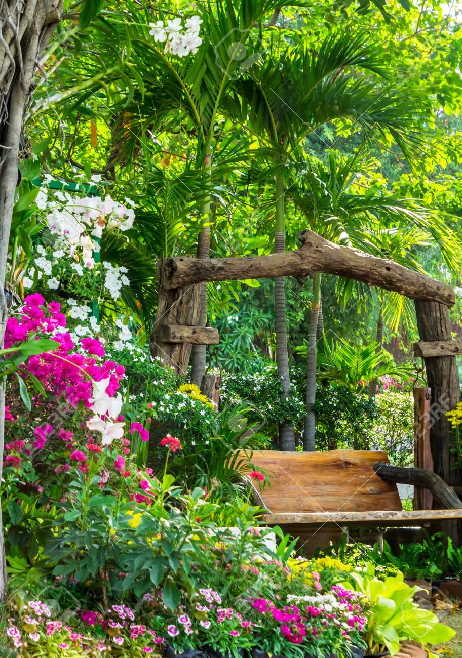 Chaise en bois dans le jardin des fleurs en été.