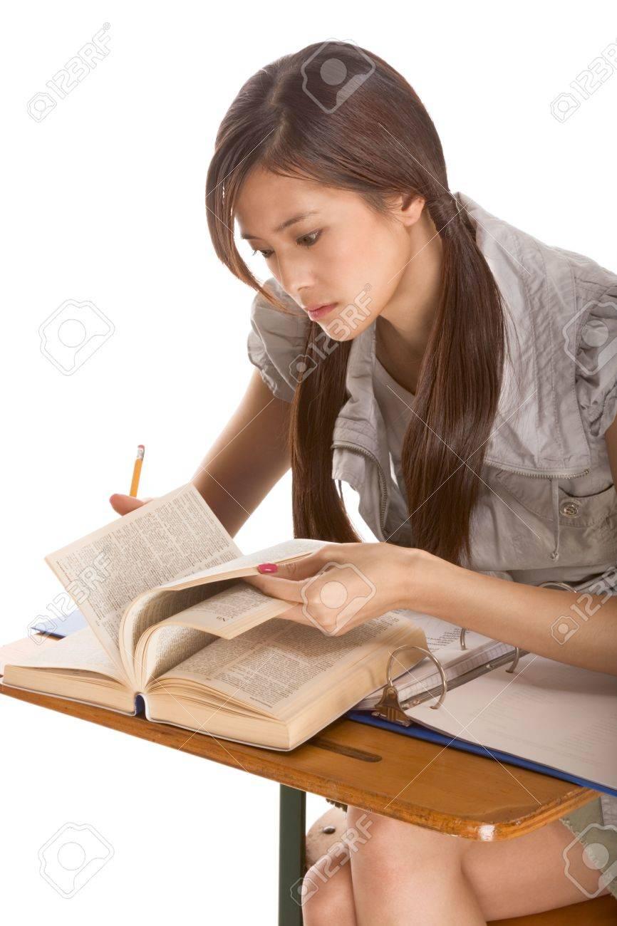 Tudiant Asiatique Fille Assise Par Le Bureau Et Les Etudes D Anglais Dictionnaire En Preparation Pour L Epreuve Examen Ou De Concours D Orthographe