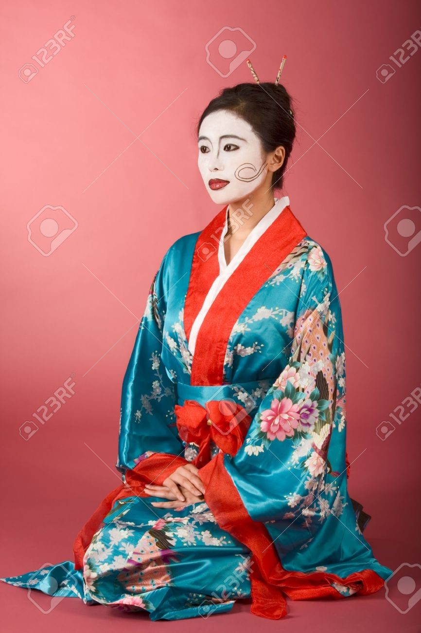 Asian female with geisha style face paint in yukata (kimono) sitting on floor Stock  sc 1 st  123RF.com & Asian Female With Geisha Style Face Paint In Yukata (kimono).. Stock ...