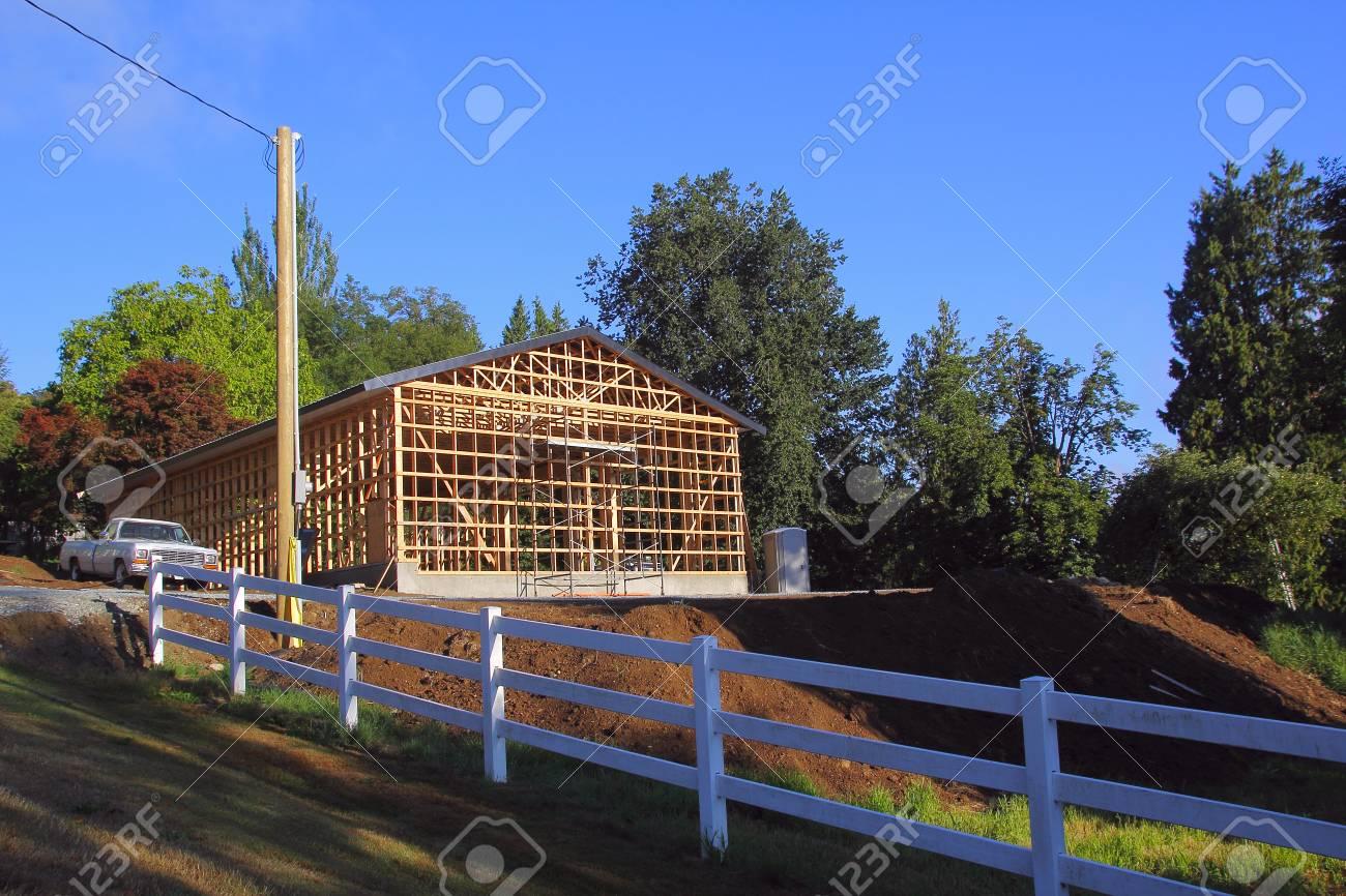Der Rahmen Ist Fertig Und Bereit Für Eine Große Garage. Lizenzfreie ...