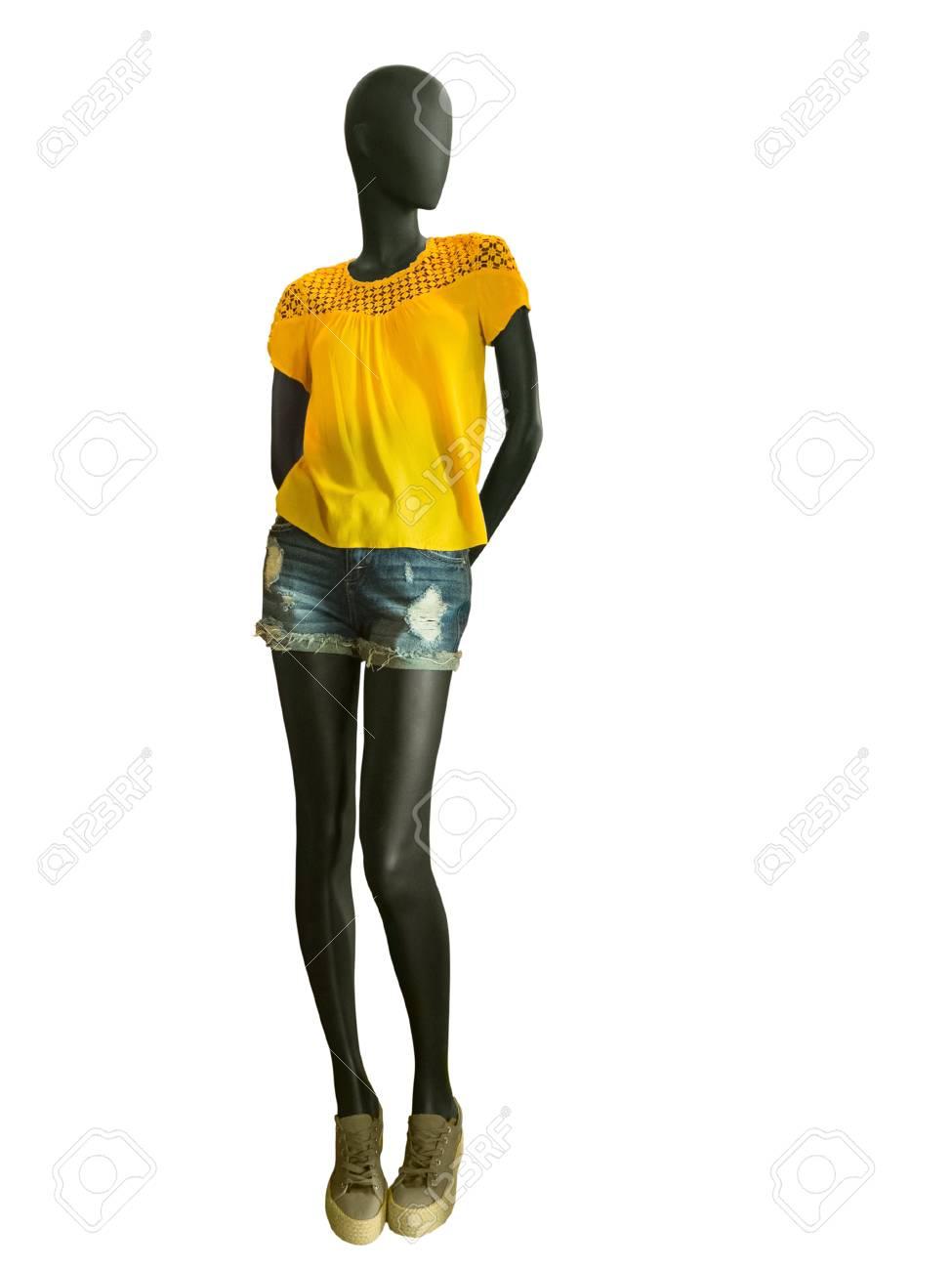 0600e424243a0e Pleine longueur mannequin femme vêtements en blouse jaune avec des jeans de  broderie short, isolé sur fond blanc. Aucun nom de marque ou d'objets de ...