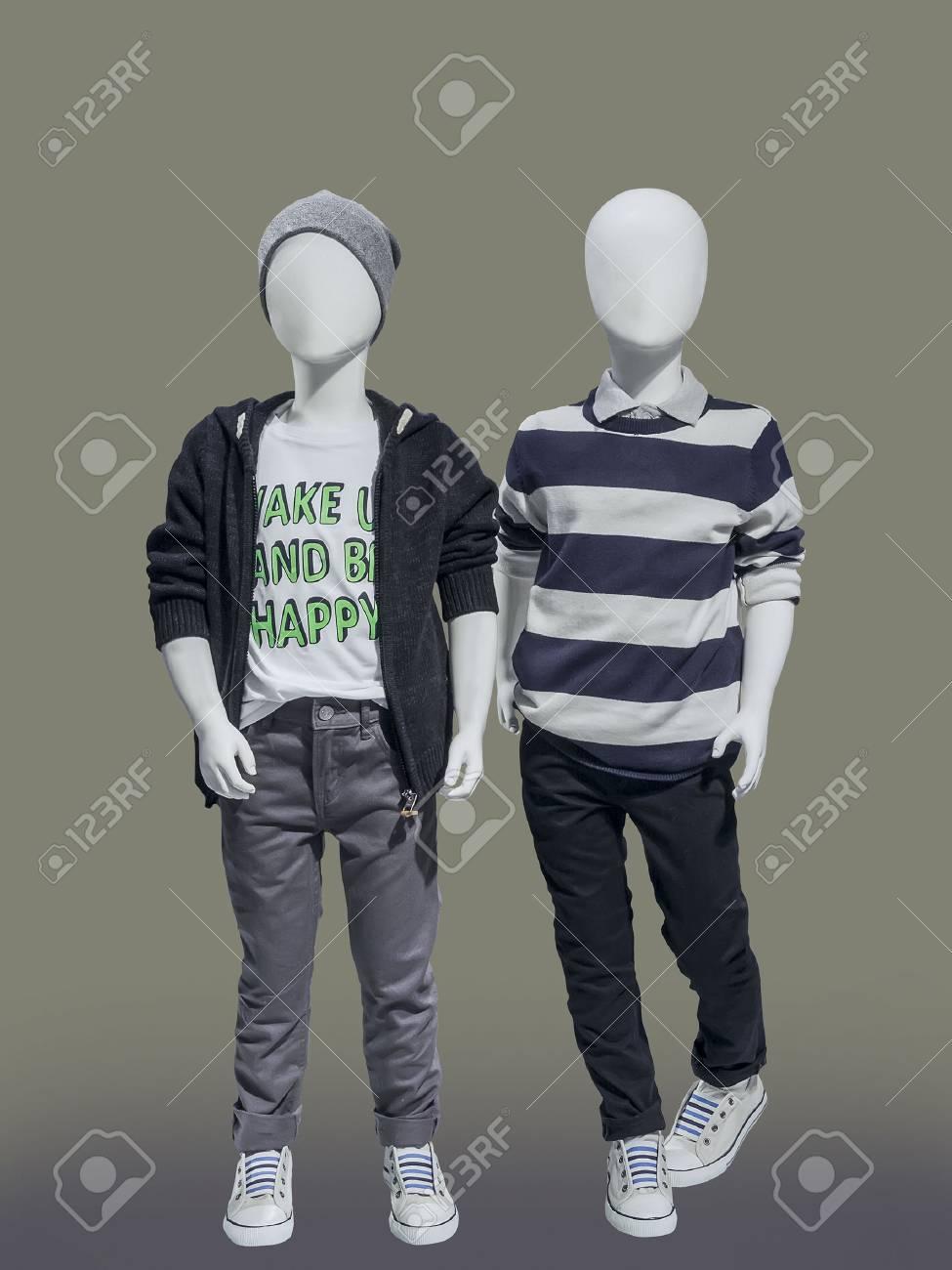 21f8e5123 Dos maniquíes niños vestidos de los niños de moda desgaste, aislado. No hay  nombres