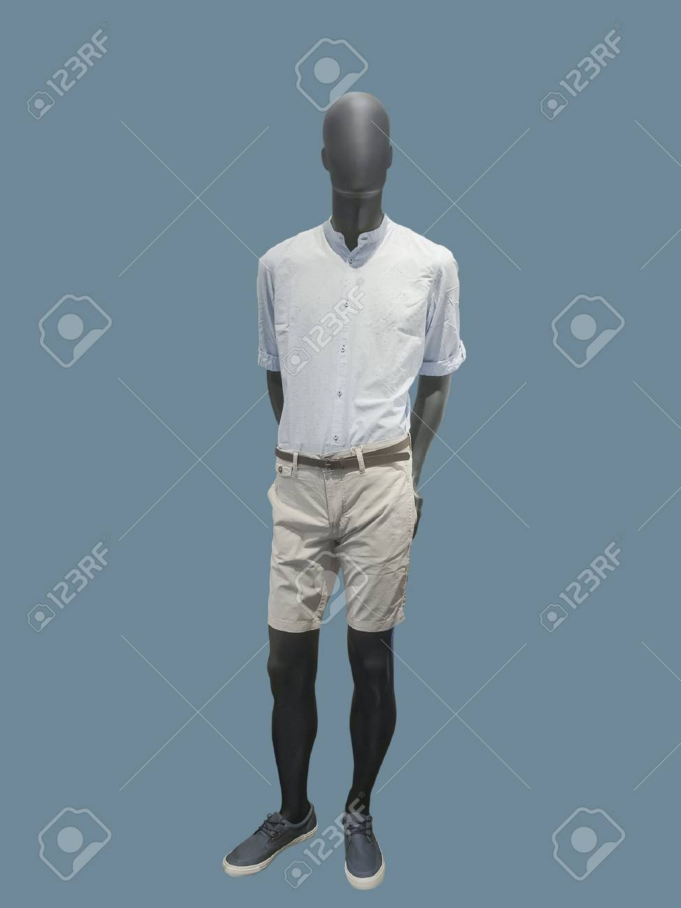 2656e964b0 Foto de archivo - Maniquí masculino integral vestido con ropa casual,  aislado. No nombres de marca u objetos con derechos de autor.