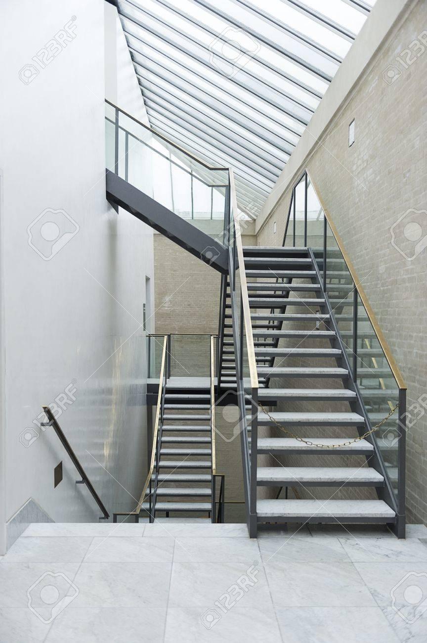 banque dimages escalier intrieur moderne avec un cadre en acier marches ouverts et une rampe en verre transparent de multiples niveaux sous un